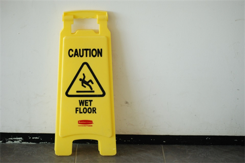 UniMAc tips: use wet floor signs on your On Premises laundry room